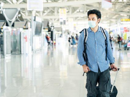 Turista no aeroporto em Portugal