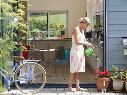 Mulher a usar vestidos frescos e confortáveis para o verão