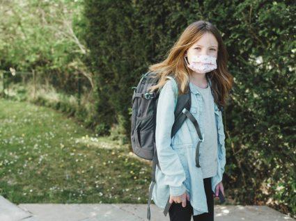 criança com máscara a iniciar o ano letivo 2020/2021