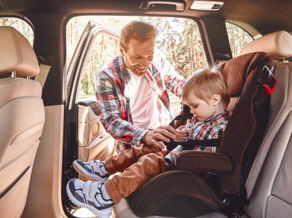 Pai a colocar cadeira auto