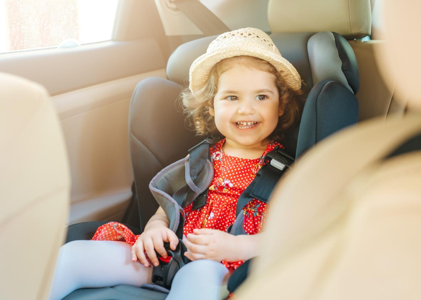 bebé em cadeira auto