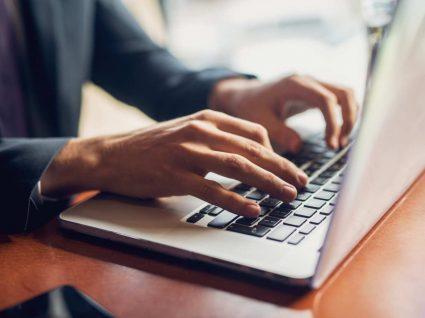 homem procura online como pagar o irs em prestações