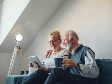casal sénior pesquisa no tablet acerca do complemento solidário para idosos