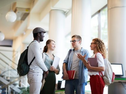 jovens estudantes conversam sobre crédito universitário com garantia mútua