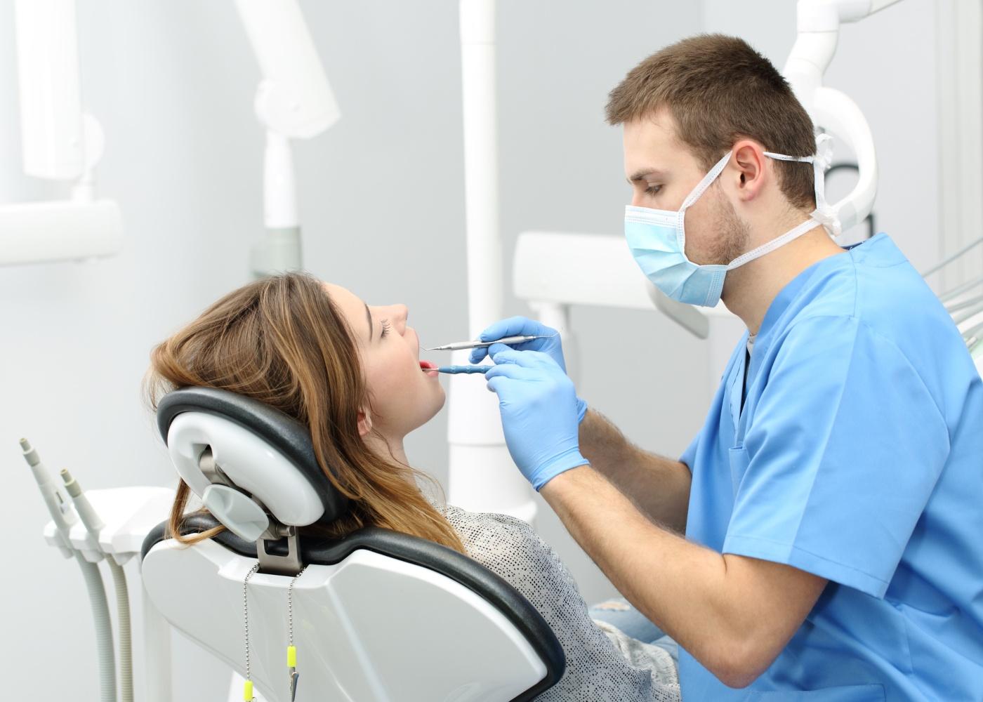 dentista a tratar paciente