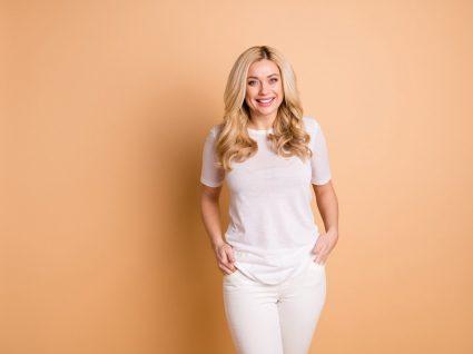 mulher veste branco total para parecer mais magra