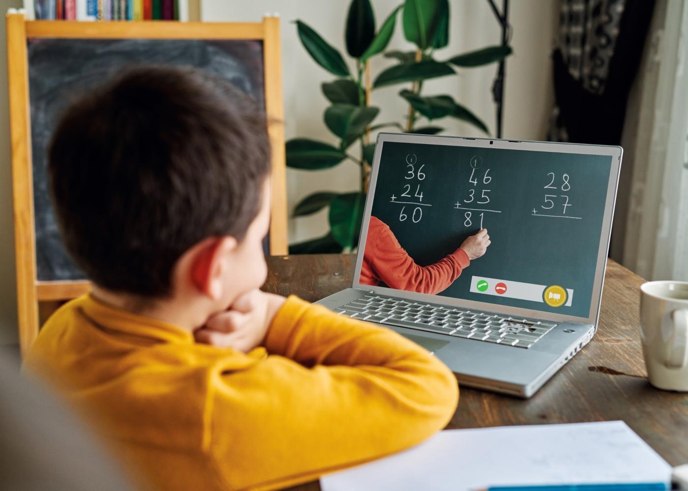 criança a ter aulas virtuais com o programa #EstudoEmCasa