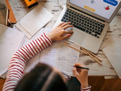 jovem a ter aulas virtuais com o programa #EstudoEmCasa