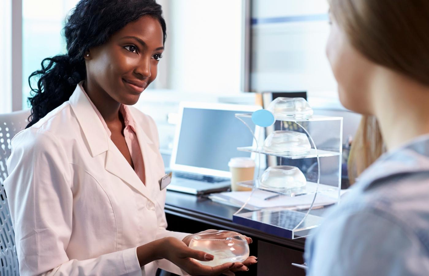 médica e paciente com implante mamário