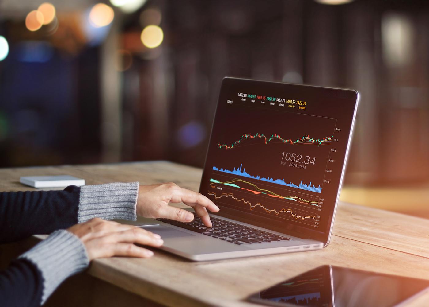 mulher utilizando o computador para analisar dados do mercado forex