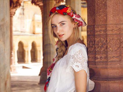 mulher usa lenço florido no cabelo