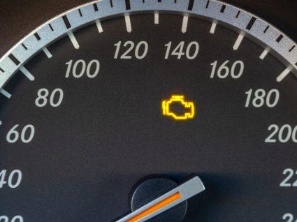 velocímetro a mostrar luz do motor acesa