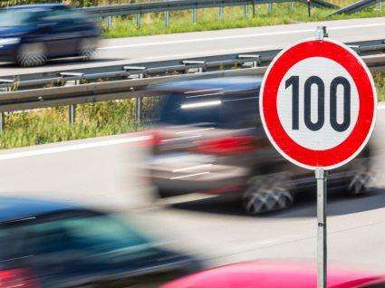 Sinal de trânsito a indicar limite de velocidade