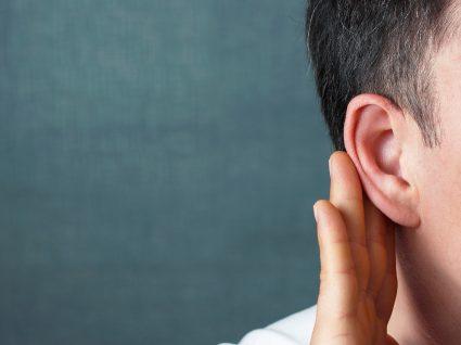 indivíduo com mão na orelha porque ouve mal