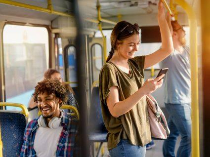 rapariga usa passe estudante para andar de autocarro