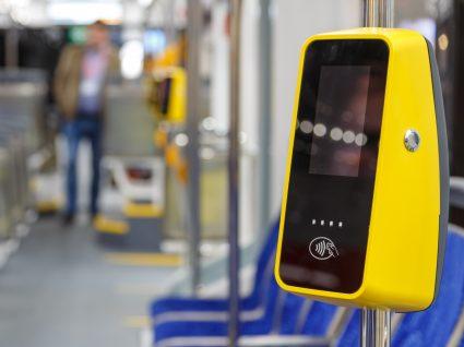 Interior de carruagem de metro
