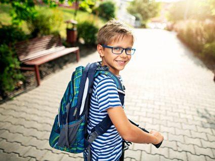 Rapaz com peças de roupa práticas para a escola