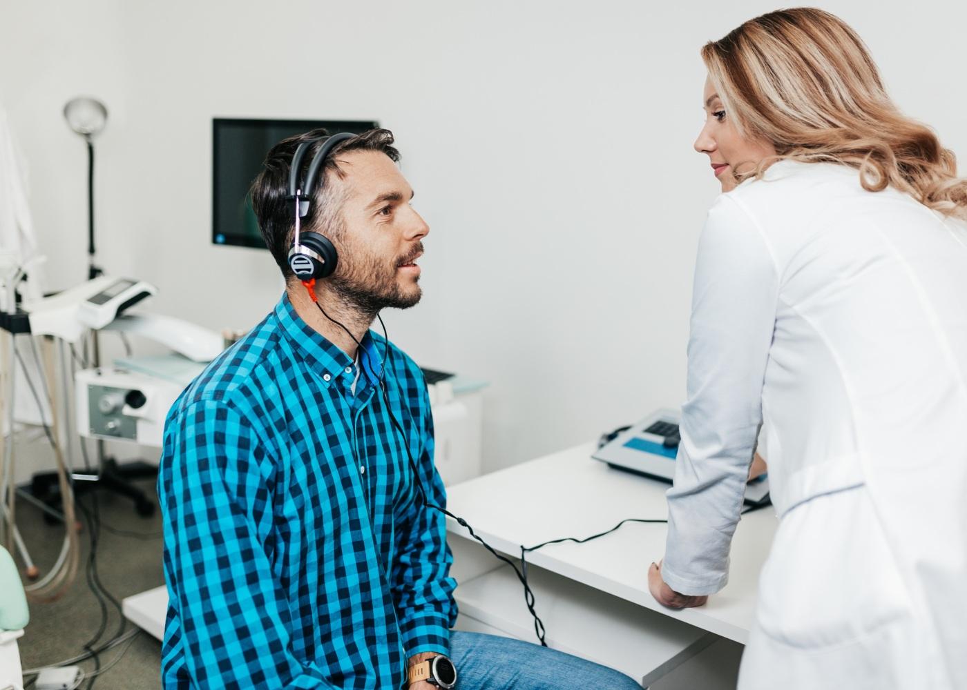 homem a fazer exames auditivos