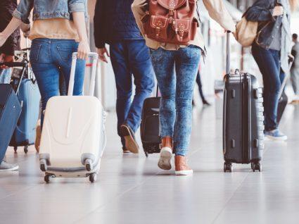 Grupo de amigos no aeroporto a prepararem-se para embarcar