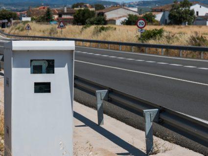 Radar de velocidade instalada na berma de uma estrada