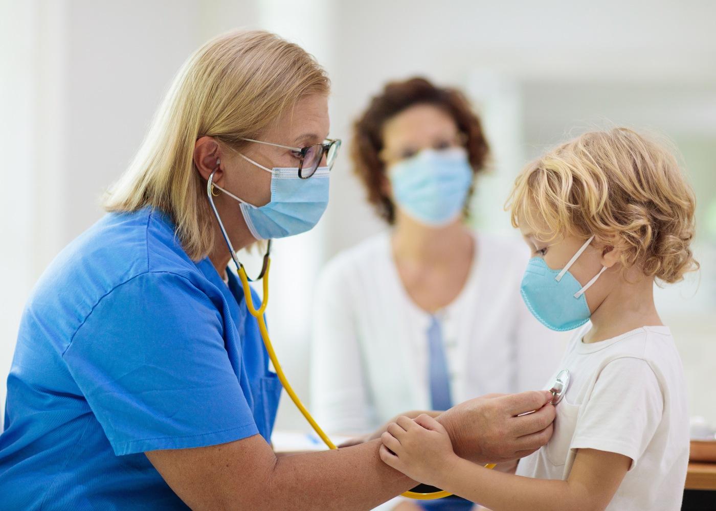 criança a ser auscultada por uma médica