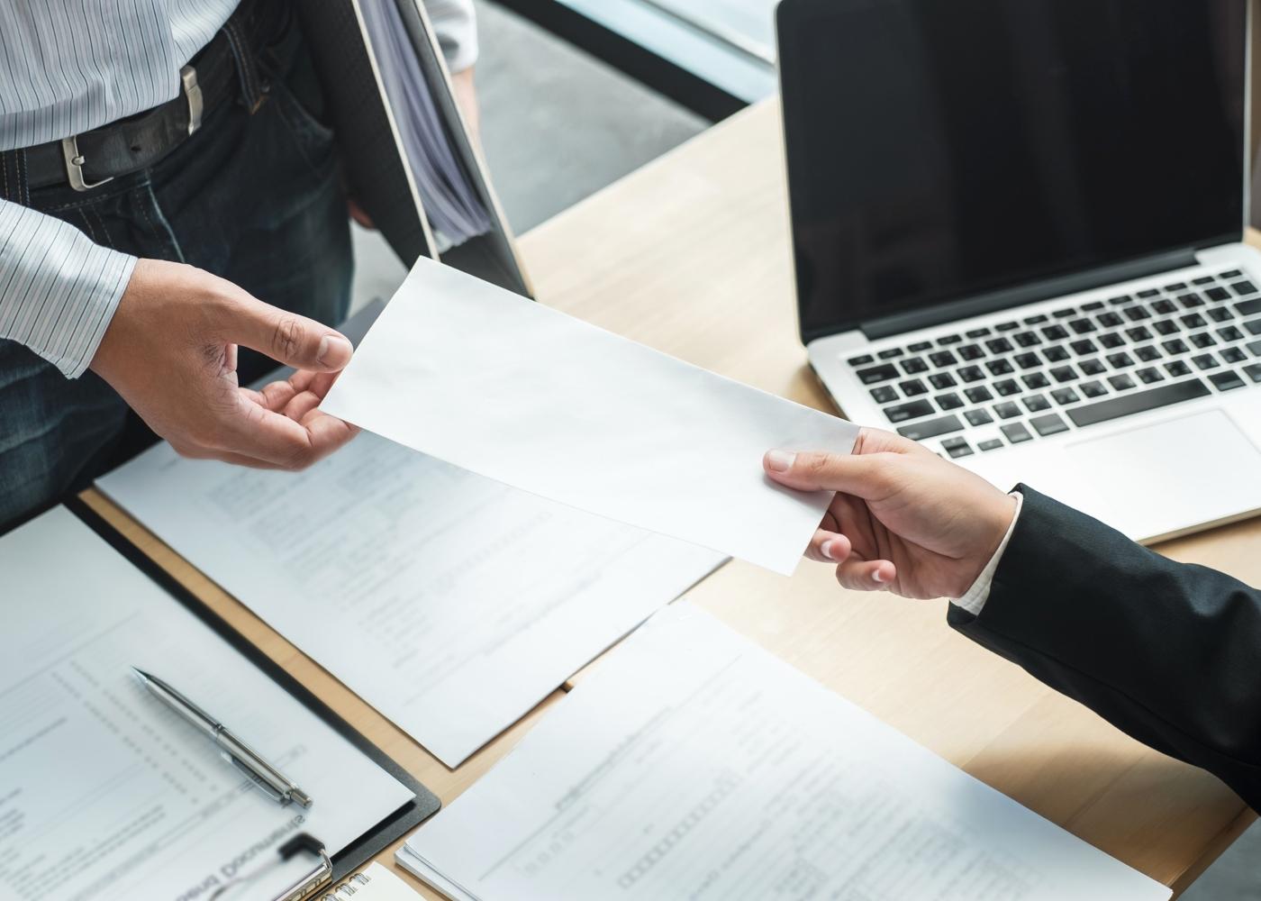 empresário a dar documento a funcionário