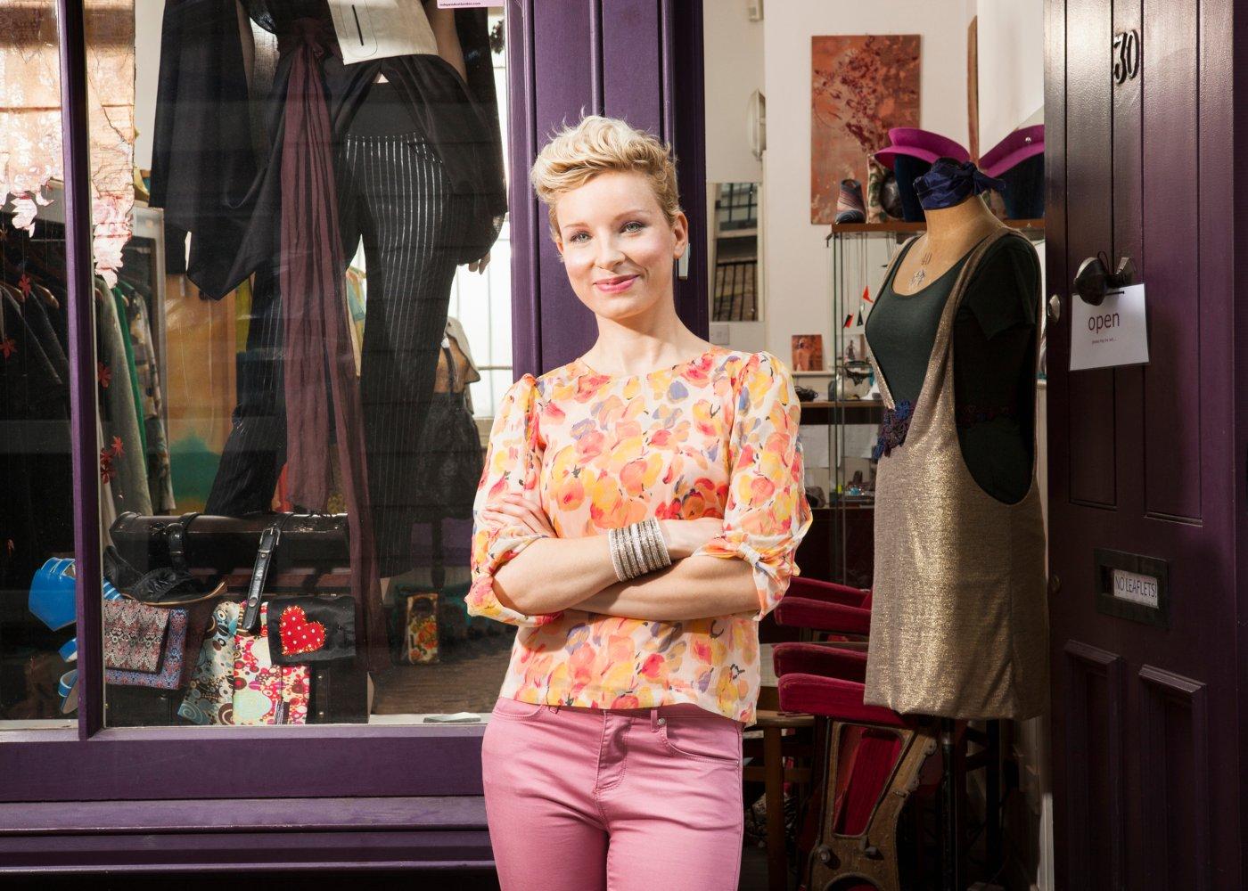 Mulher em frente a loja de moda