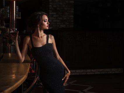 Mulher com vestidos que nunca passam de moda
