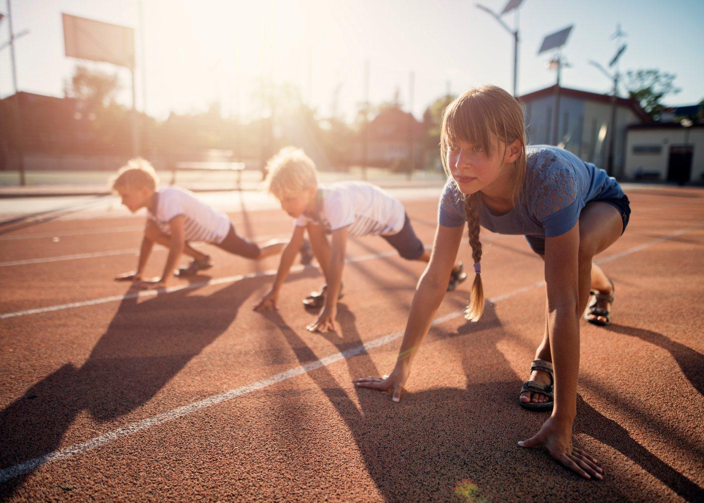 alunos na aula de educação física a praticar atletismo