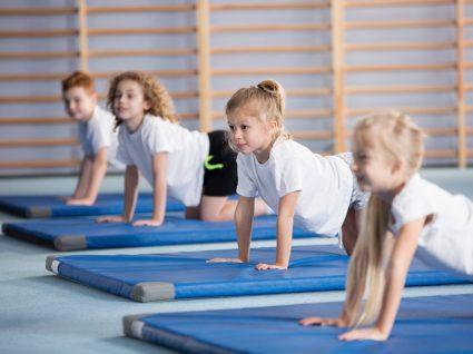 alunos na aula de educação física a praticar ginástica