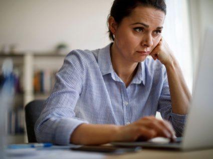 trabalhadora a exibir sinais de dificuldades do teletrabalho