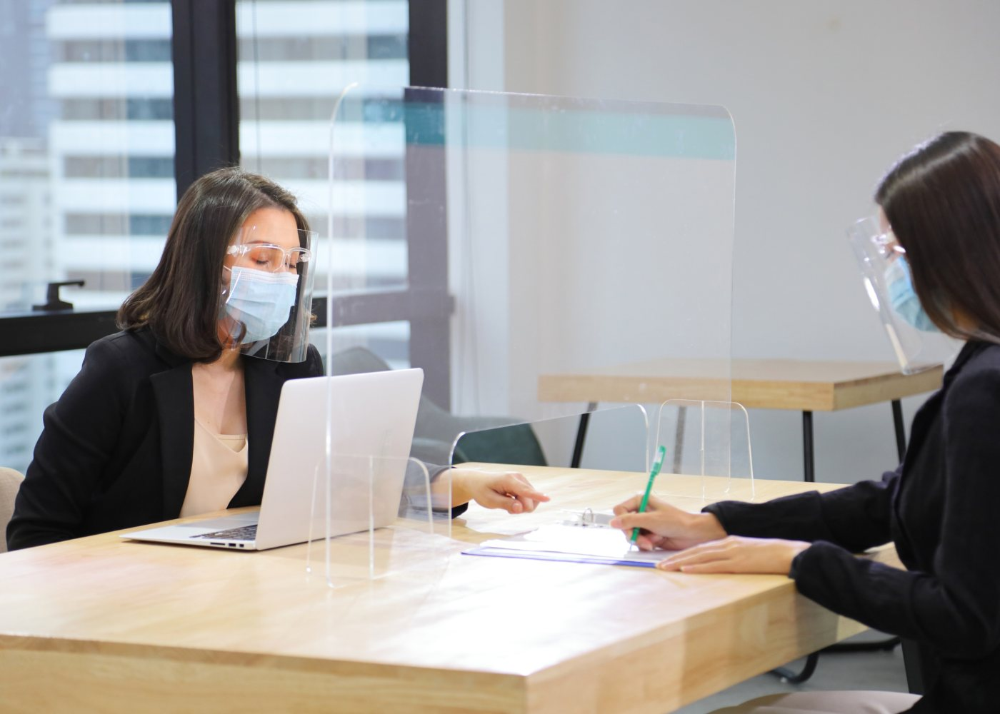 pessoa a preencher documentos de candidatura a um emprego em tempos de pandemia