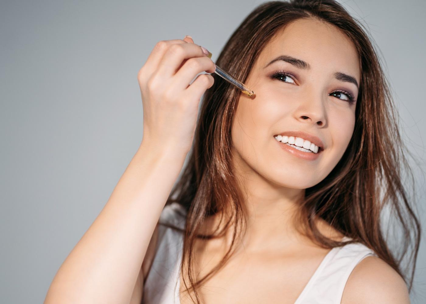 Mulher a aplicar ácidos para melhorar a pele