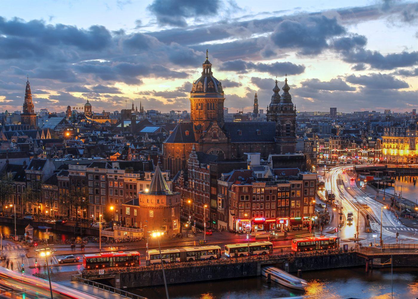 Panorâmica nocturna de Amesterdão