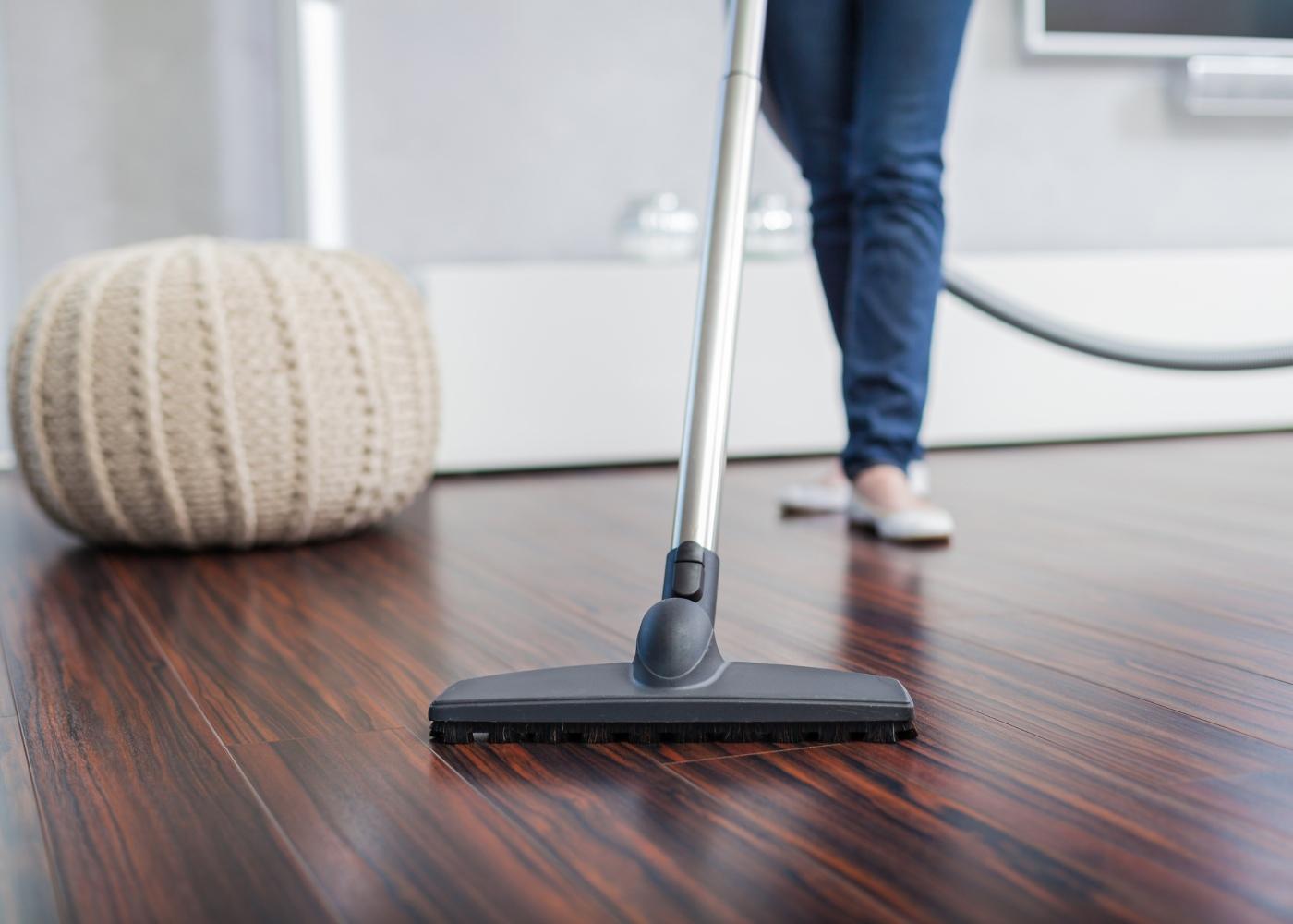 aspirar chão de madeira