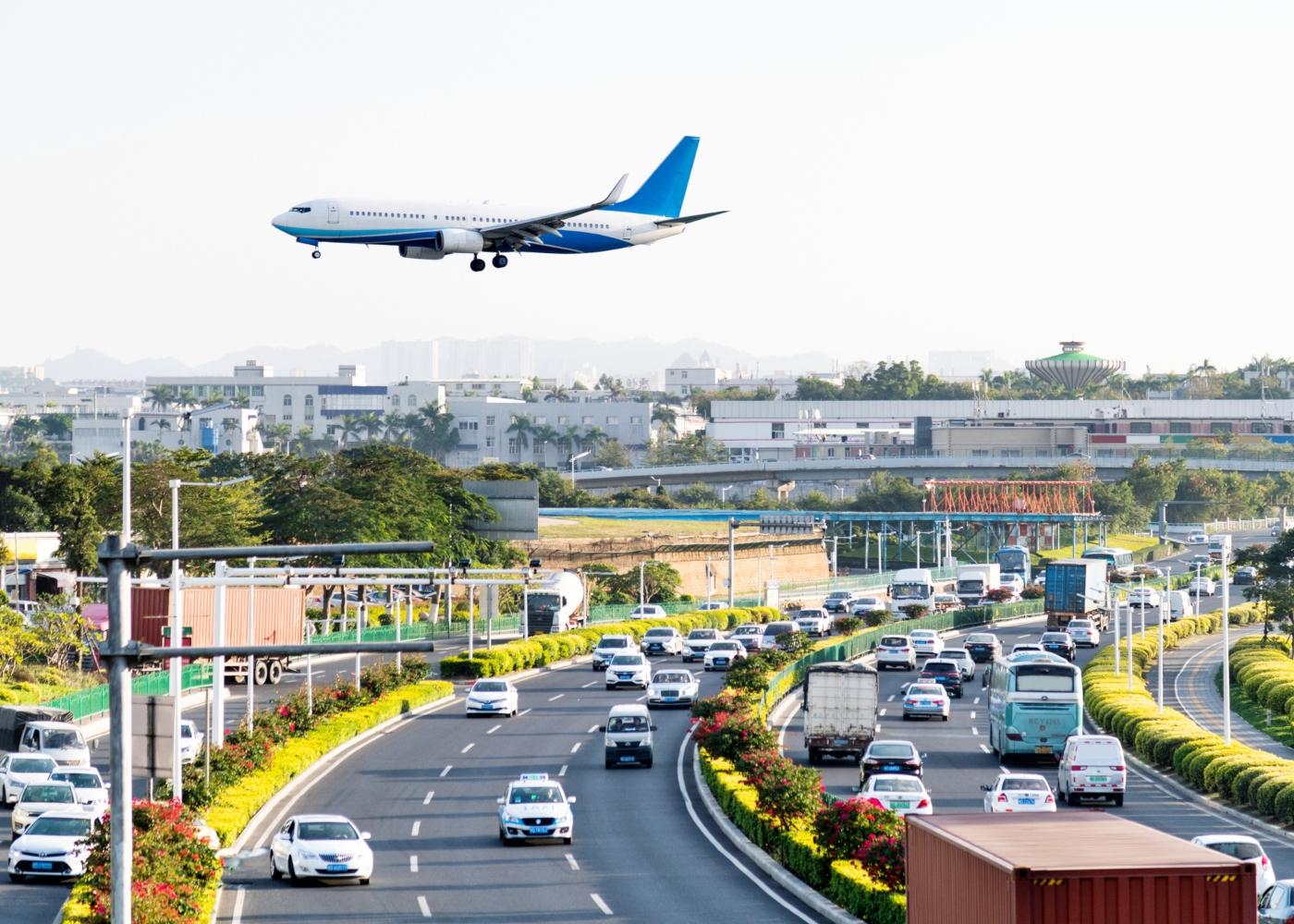 avião a sobrevoar estrada