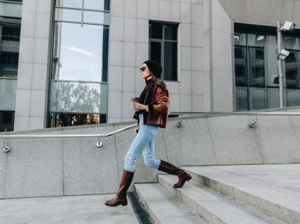 Mulher com botas à cavaleiro