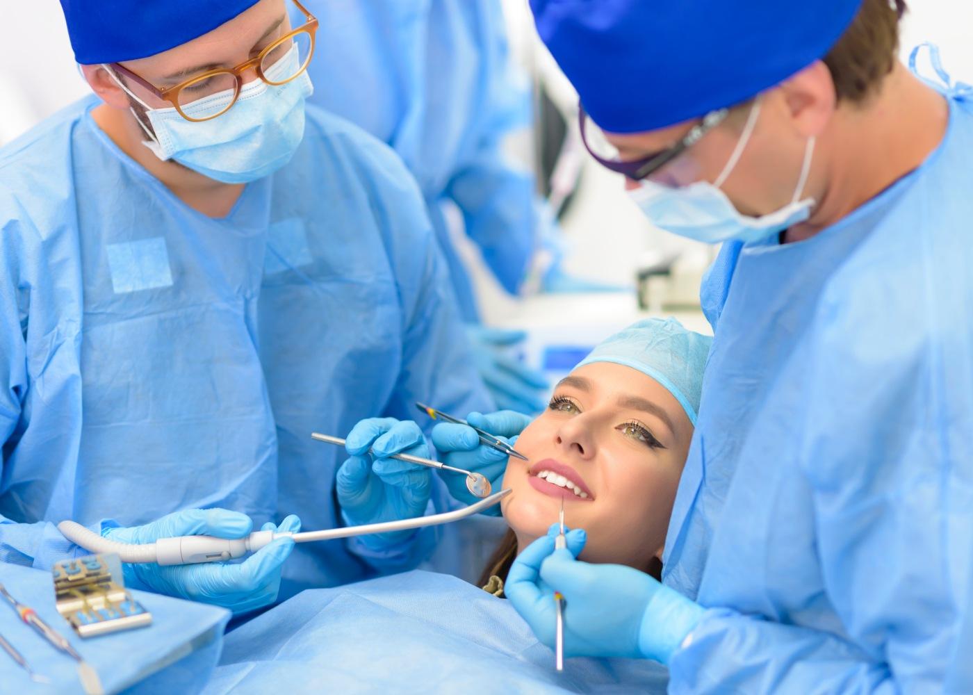 Dentista a efectuar branqueamento dentário