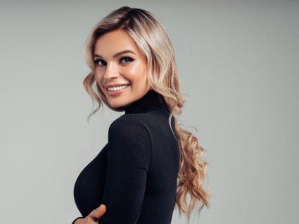 Mulher com cabelo brilhante