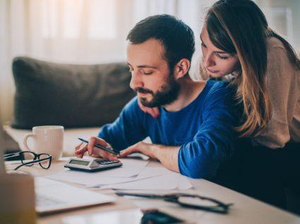 Casal a fazer contas às despesas domésticas