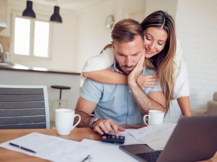 Casal a fazer orçamento familiar