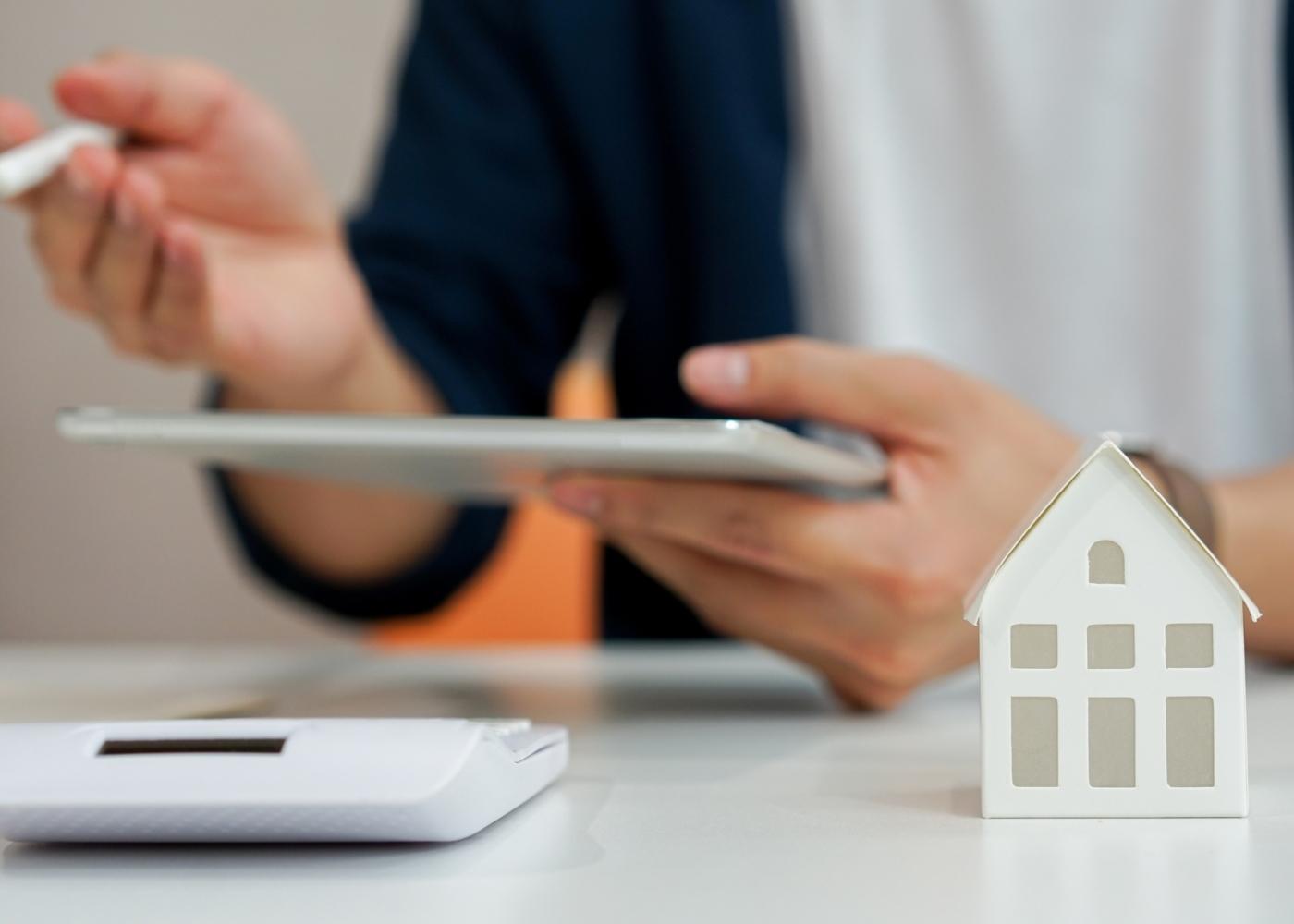 Mulher a analisar online o mercado das casas penhoradas