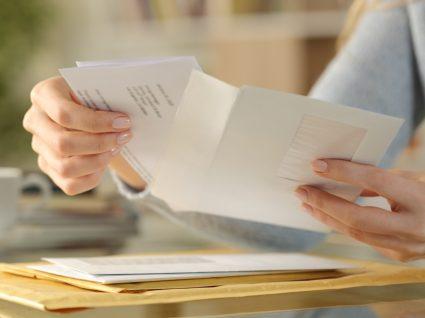 Mulher a abrir correspondência postal