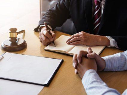 homem consulta advogado sobre deserdar filho