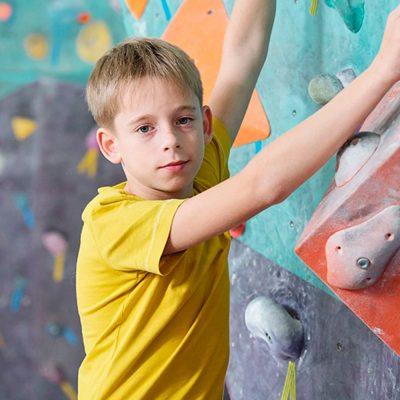 rapaz a praticar escalada
