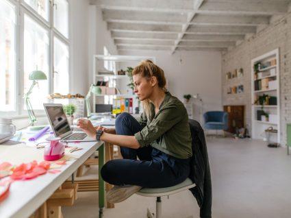 mulher a trabalhar em casa