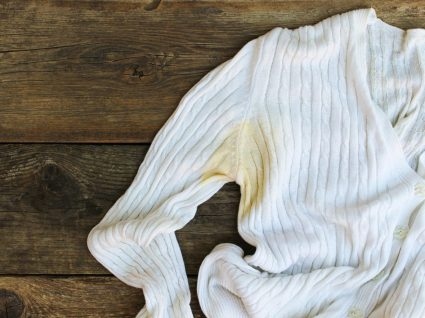 eliminar o cheiro a suor da roupa