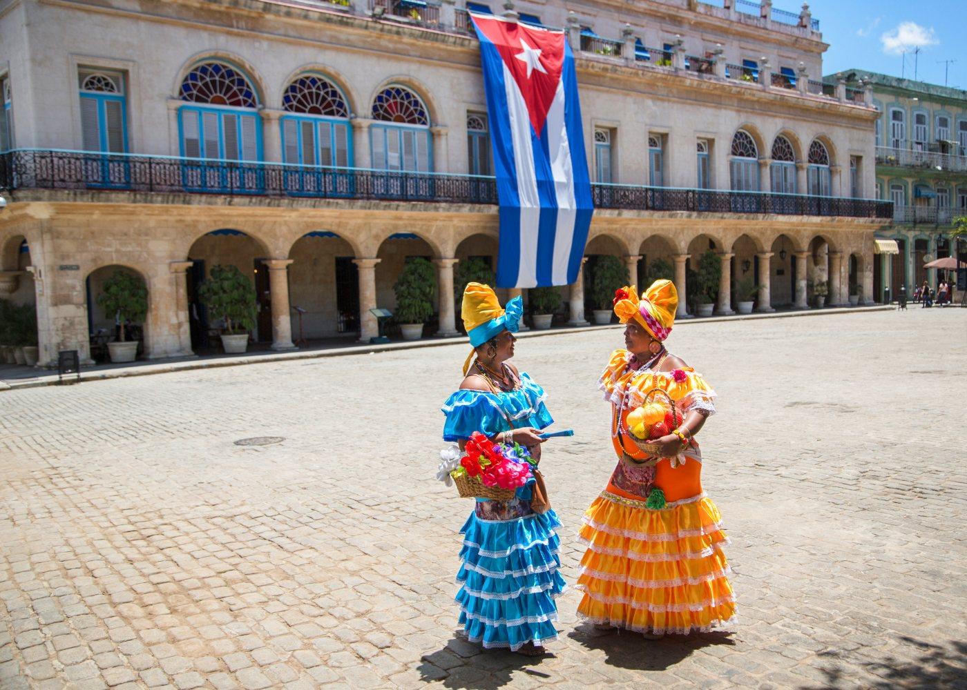 Mulheres cubanas com trajes tradicionais