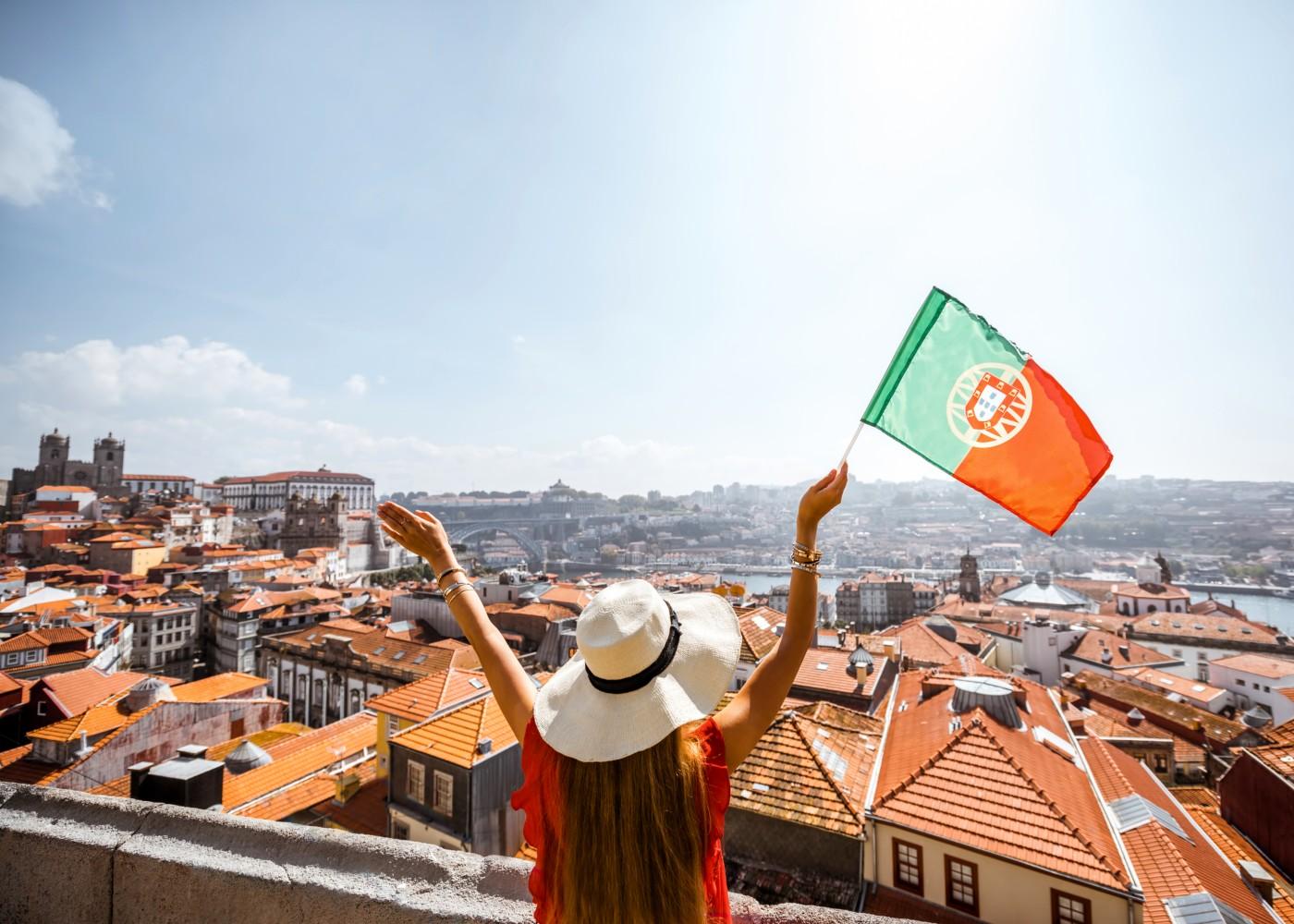 Jovem com a bandeira portuguesa