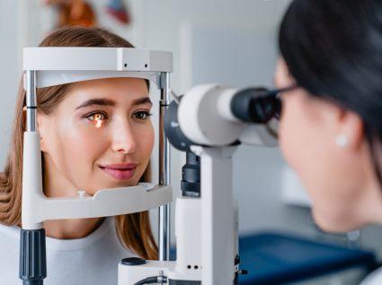 mulher em consulta na oftalmologista para despistar hipermetropia